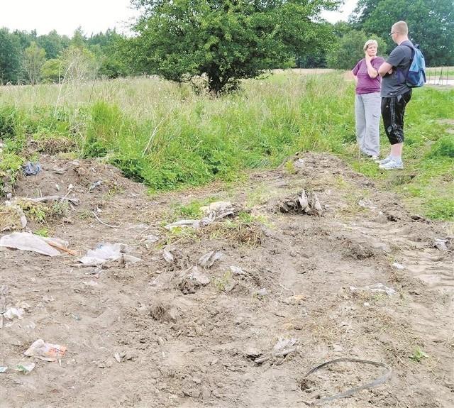 """Śmieci wystają spod ziemi. To m.in. stare opony i kości zwierząt  - """"pamiątka"""" po PGR"""