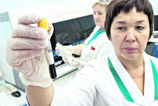 Iwona Niepołońska wykonuje badania krwi  w laboratorium Diagnostyki przy ul. Oławskiej