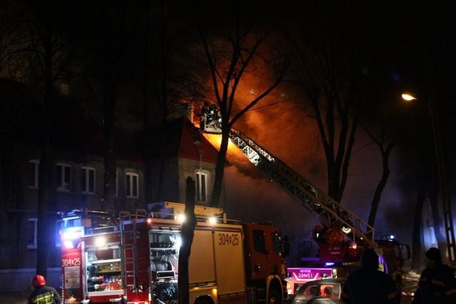 Część mieszkań po pożarze przy ul. Zbocze 12 w Łodzi nie nadaje się do użytku.