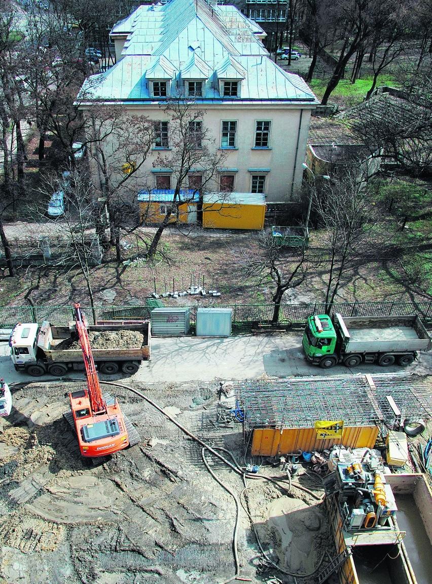 Biurowiec budowany jest przy jedynej drodze do parku