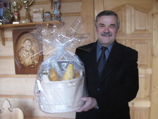 Starosta pokazuje prezent jaki został wysłany dla książęcej młodej pary