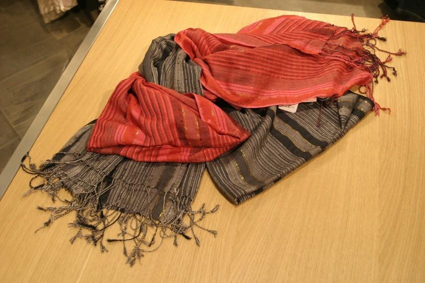 Dwóch mężczyzn ukradło 15 damskich szalików. Zdjęcie ilustracyjne