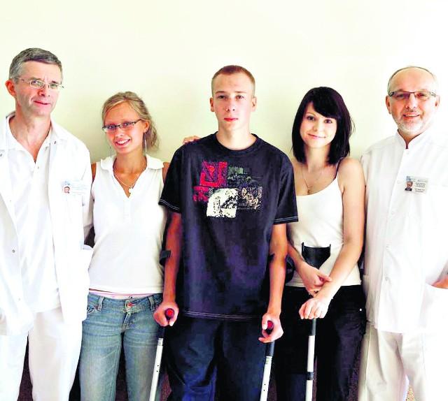 Prof. Damian Kusz (z prawej) i dr Piotr Wojciechowski oraz ich pacjenci Iwona, Marcin i Aneta