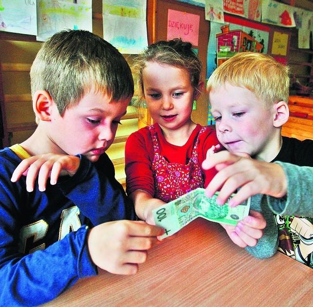 Igor, Ula i Kuba oglądają znak wodny na prawdziwym banknocie