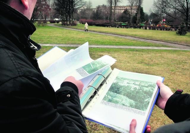 Jeden ze spadkobierców z archiwalnymi dokumentami na terenie Parku Rady Europy