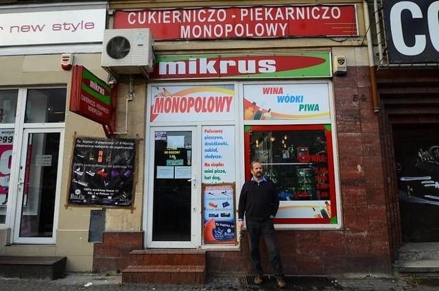 Marek Obtułowicz przed swoim sklepem Mikrus.
