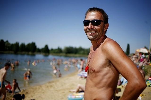 Jacek Chomiak - pochodzi z rodziny trenerskiej i dlatego ratownikiem został już w wieku 12 lat. Na Glinianki przychodził jeszcze jako mały chłopiec razem z tatą. Już od 5 lat jest tu szefem ratowników. Poza sezonem spotkamy go w MDK-u Fabryczna na Nowym Dworze przy ul. Zemskiej, gdzie uczy pływania. Choć lubi swoją pracę, przyznaje, że na kąpielisku brakuje mundurowego, który hamowałby zapędy gości pod wpływem alkoholu. Pracuje na Gliniankach.