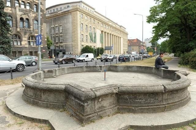 Zdewastowana fontanna jest w parku im. R. Maciejewskiego