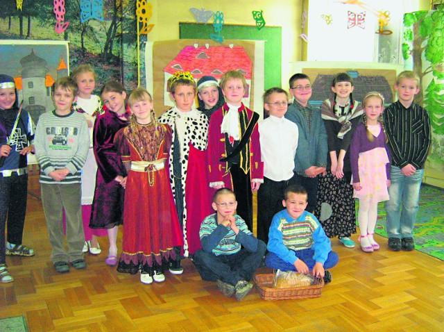 Dzieci zaprezentowały się w pięknych, stylowych strojach