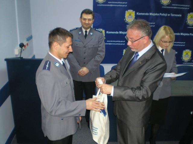 Dariusz Majcher, najlepszy dzielnicowy w Tarnowie, dostał od prezydenta Tarnowa Ryszarda Ścigały kamerę cyfrową