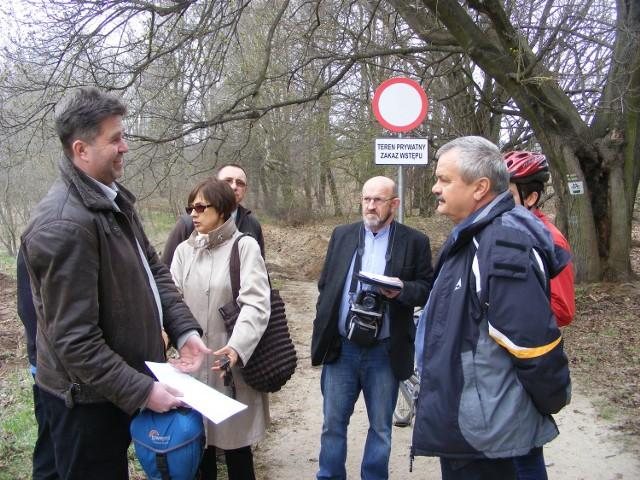 Pod świeżo postawionym znakiem spotkali się wczoraj mieszkańcy  Strzeszyna, Krzyżownik a także przedstawiciele poznańskich mediów