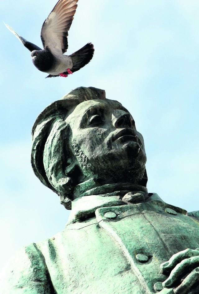Mickiewiczowi gołębie - nawet na głowie - nie wadzą