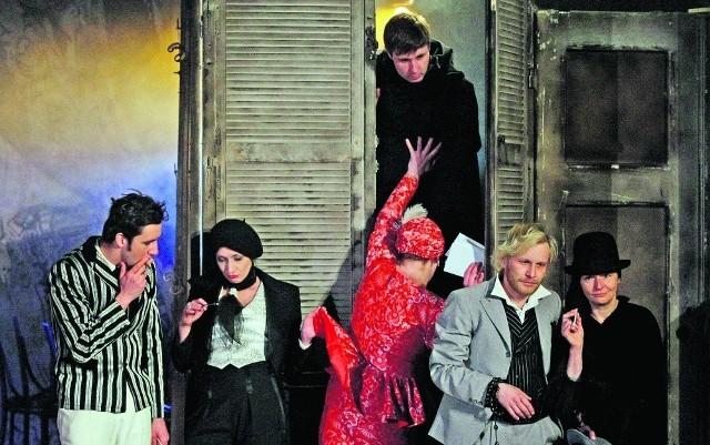 Romeo z przyjaciółmi na dymku,  Marta (niania Julii) podtrzymuje  brata Jan