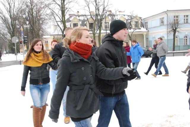 W centrum Aleksandrowa Łódzkiego 50 maturzystów zatańczyło poloneza.