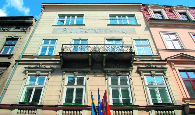 Przy ul. św. Anny 5 oprócz konsulatu działa hotel, a w części kamienicy jest restauracja