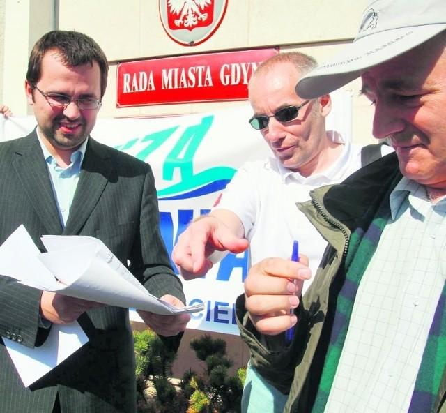Gdynianie składają projekt. Od lewej Marcin Horała, Jacek Urban i Bogdan Okuniewski