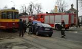 Wypadek w Zgierzu. Jedna osoba ranna w zderzeniu samochodu z tramwajem [ZDJĘCIA+FILM]