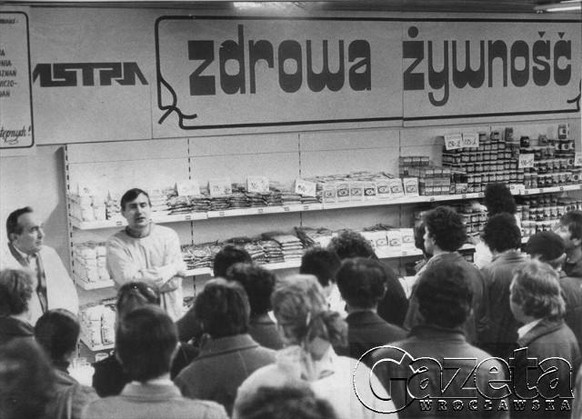 """Listopad 1986, stoisko ze """"zdrową żywnością"""" w Astrze"""