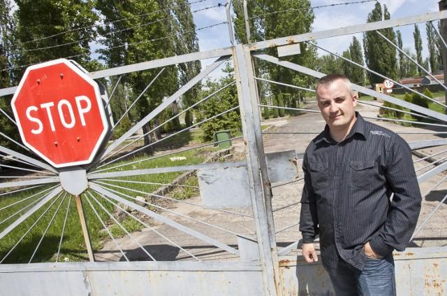 Mariusz Marczak z rady osiedla Ołtaszyn przed wjazdem na teren sprzedawany przez wojsko