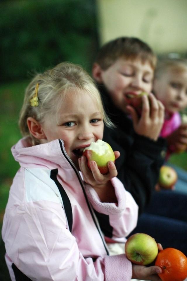 Uczniowie z chęcią jedzą jabłka i inne owoce. Wiedzą, że to bardzo  zdrowe