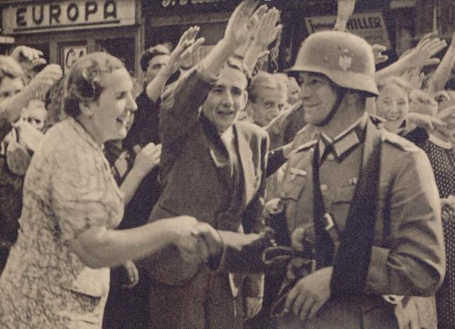 Mieszkańcy Katowic witają 239. Dywizję Piechoty Wehrmachtu