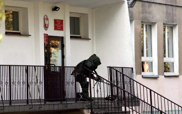 9 października. Policyjny pirotechnik zabezpiecza paczkę przed lokalem wyborczym na Pogodnej.