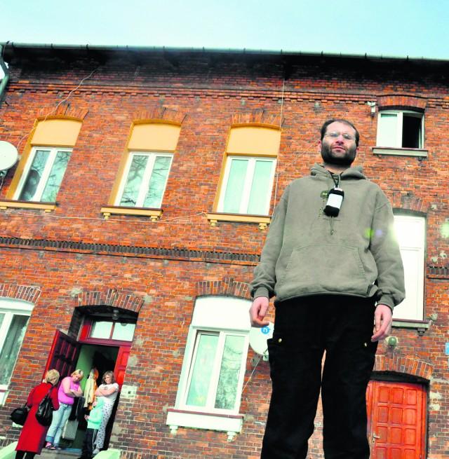 Mariusz Czaja z żoną i trójką dzieci mieszka w bloku socjalnym