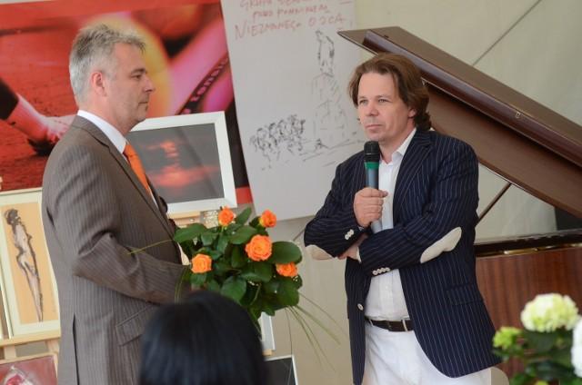 Dyrektor Teatru Wielkiego w Poznaniu Michał Znaniecki i pomysłodawca akcji przedsiębiorca Waldemar Górka