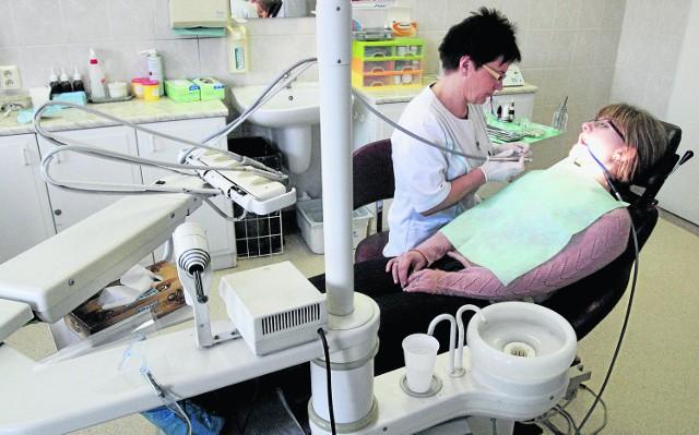 Zdaniem wielu pacjentów - prywatna przychodnia stomatologiczna, nawet pracująca na kontrakcie z Narodowym Funduszem Zdrowia, będzie dyktować  ceny, bo rządzi się prawami wolnego rynku.