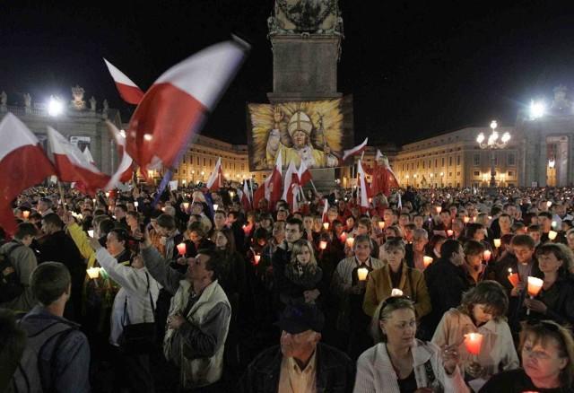Przed czterema laty, po śmierci papieża Jana Pawła II, do Watykanu przybyły niezliczone rzesze pielgrzymów z Polski