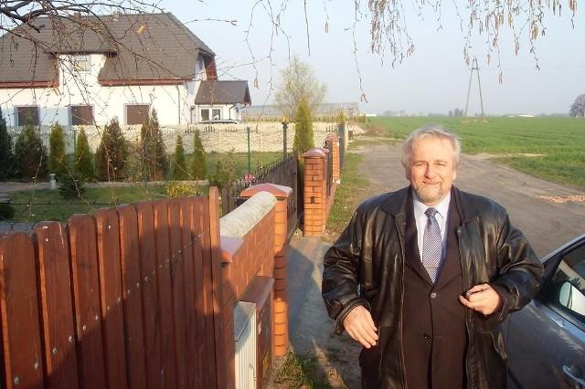 Zdaniem Krzysztofa Biedermanna to skandal, że gmina nie ma pieniędzy na ustawienie jednej lampy na ulicy Zimowej w Paczkowie