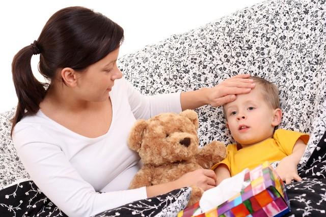 Najważniejszym objawem jest ból gardła, któremu towarzyszą często trudności w przełykaniu, gorączka oraz ból głowy.