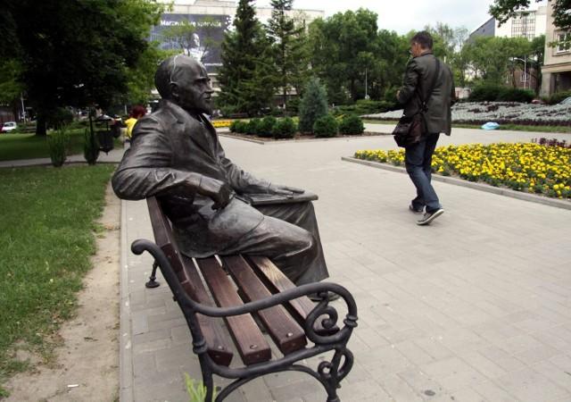 Rzeźba siedzącego na ławeczce pierwszego rektora UMCS prof. Henryka Raabego stanęła na miasteczku akademickim z naruszeniem przepisów