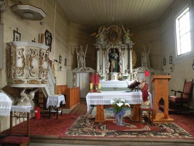 Ołtarz zabytkowego kościoła w Waliszewie stał się scenerią głupiego wybryku młodzieży.