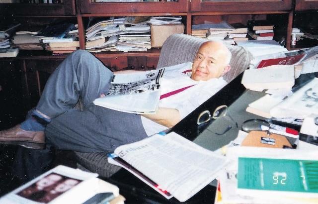 """Stanisław Lem w swoim gabinecie. Pisarz wierzył w zbawczą moc """"siedzenia w domu"""""""