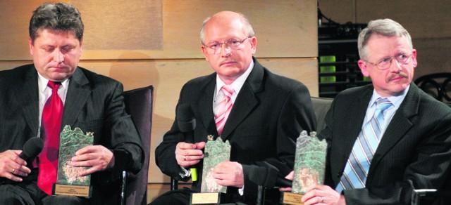 """Laureaci """"Trzech Koron"""" z 2006 roku. Od lewej Andrzej Saternus, burmistrz Chełmka, Jan Musiał, burmistrz Brzeska, i Tadeusz Arkit, burmistrz Libiąża"""
