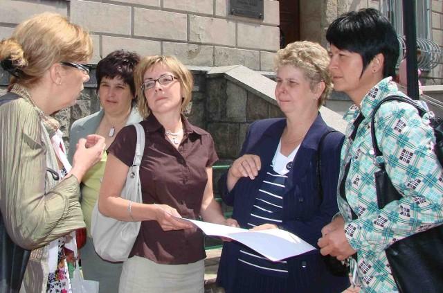 Pielęgniarki przed Urzędem Miasta jeszcze długo rozmawiały o sytuacji szpitala