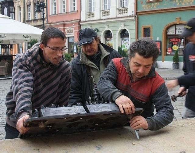 Montaż makiety dla niewidomych na Starym Rynku