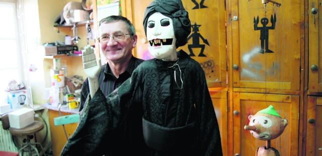 Pan Marian Mika prezentuje japońską lalkę bunraku. Robi ona ogromne wrażenie na dzieciach.  Obok  dobrze wszystkim  znany Pinokio
