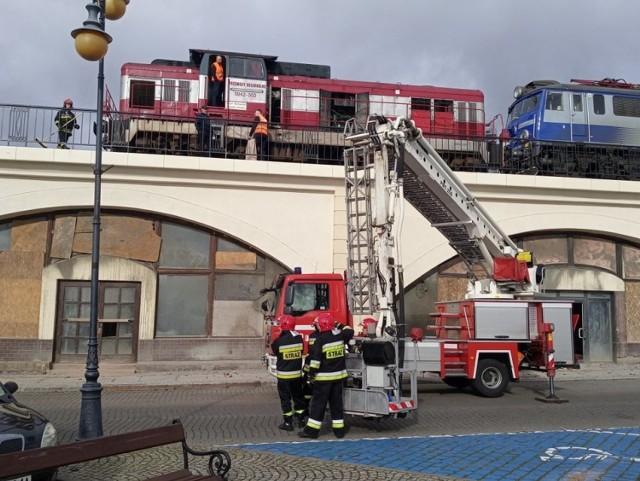 Do awarii pociągu doszło w poniedziałek, 28 października, na estakadzie w Gorzowie. Na miejsce zostały wezwane wozy straży pożarnej.   Podczas jazdy w pociągu doszło do pęknięcia przewodu paliwowego. Paliwo zaczęło się wylewać z lokomotywy. Na miejsce została wezwana gorzowska straż pożarna. Strażacy specjalnym zaciskiem uszczelnili pęknięty przewód paliwowy. Na miejsce została skierowana druga lokomotywa, która odholuje skład z estakady.   WIDEO: W nocy przeszliśmy na czas zimowy. Tradycyjnie pociągi stanęły na godzinę \ źródło: TVN24/x-news