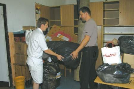 Jarosław Szutryn i Tomasz Kępa, nauczyciele w gołonoskim ośrodku, pakują wyposażenie i sprzęt, bo w każdej chwili może zapaść decyzja o przeprowadzce.