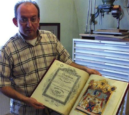 Mariusz Makowski pokazuje odnowiony akt nadania tytułu hrabiowskiego Ludwikowi Filipowi Saint Genois, który w 1827 roku wystawił cesarz Franciszek I.