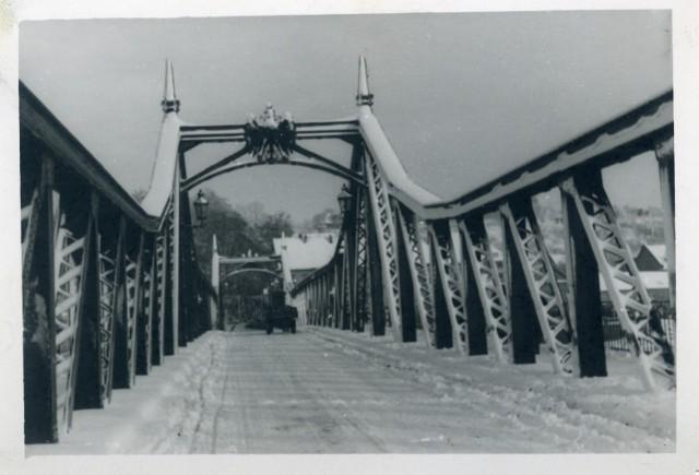 Kiedyś jeździły po tej przeprawie tylko dorożki, teraz średnio na dobę przez most jedzie 13,5 tys. pojazdów na dobę! - Mamy szczęście, że Georg Beuchelt, który postawił ten most, wyprzedził swoją epokę, bo kiedy przeprawa powstawała, to przez miasto jeździły jedynie furmanki - komentuje burmistrz Marek Cebula.
