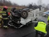 Katowice. Wypadek na DTŚ obok Auchana. Dachował bus, jedna osoba ranna. Kierowców czekają spore utrudnienia