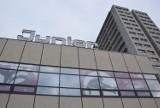 Dom handlowy Junior w Katowicach z nową elewacją i neonem ZDJĘCIA