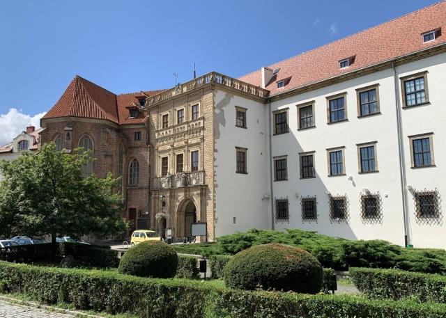 ZAMEK PIASTÓW ŚLĄSKICH   Zamek został wzniesiony na miejscu gotyckiego zamku warownego. Obecny kształt nadała mu renesansowa przebudowa prowadzona przez architektów włoskich – Jakuba Parra, Franciszka Parra, Bernarda Niurona. Zniszczony podczas oblężenia miasta w 1741 r., odbudowany w latach 1966 – 1990. Zachowana bogato rzeźbiona fasada budynku bramnego zaliczana do najznakomitszych zabytków renesansu w Europie Środkowej.