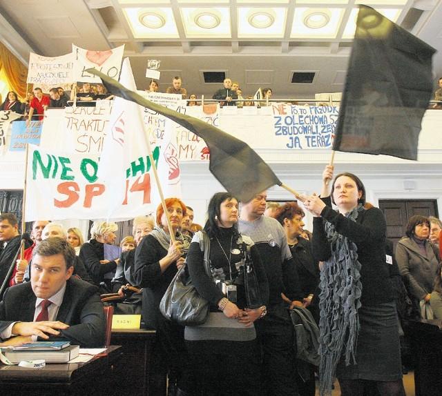 Sesja Rady Miejskiej: protest przeciwko likwidacji szkół