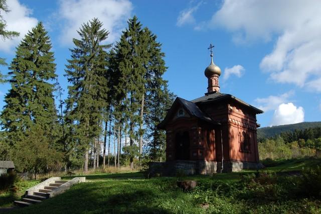 """Prawosławna cerkiew zbudowana została przez Bractwo św. Włodzimierza dla kuracjuszy przybywających do Sokołowska - miejscowego uzdrowiska w 1901 r.  Po II wojnie światowej ulegała dewastacji, przez pewien czas pełniła funkcję kostnicy. W latach 1980-1996 była własnością prywatną, służyła za... domek letniskowy. Władze Kościoła Prawosławnego w Polsce o jej istnieniu dowiedziały się dopiero w 1989 ze wzmianki w lokalnej prasie.  Dzięki parafii prawosławnej św. Cyryla i św. Metodego we Wrocławiu na Piasku i pieniądzom z Fundacji """"Renovabis"""" w Freising została odkupiona i po generalnym remoncie przywrócona do pierwotnego przeznaczenia. Dziś pełni funkcję świątyni parafialnej dla wiernych z Sokołowska i regionu pogranicza polsko-czeskiego.  Od 1999 r. przy cerkwi działa pracownia pisania ikon.  Zwiedzanie Cerkiew można zwiedzać od świtu do zmierzchu. Wstęp jest bezpłatny, a jeśli byłaby zamknięta, wystarczy podejść do Domu św. Elżbiety i poprosić o jej otwarcie."""