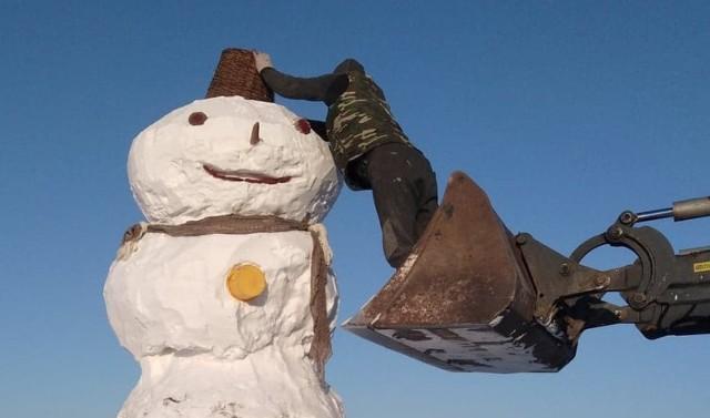 Z pomiarów, które wykonali Adamyczkowie z Chróstowa (gmina Dąbrowa Biskupia) wynika, iż bałwan ma 4,5 metra wysokości! Obwód największej kuli wyniósł aż 7 metry!