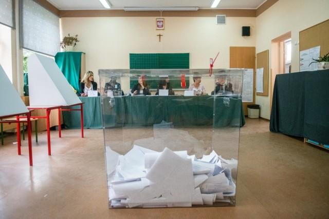 Poznań z wysoką frekwencją w wyborach do Parlamentu Europejskiego. W całym mieście do urn poszło 57,56 procent uprawnionych do głosowania, czyli 230 824 osób.   Zobacz też: Jak głosowali więźniowie? Oto wyniki wyborów w Areszcie Śledczym w Poznaniu  W sześciu lokalach w stolicy Wielkopolski frekwencja przekroczyła 70 procent! Sprawdź, gdzie była najwyższa frekwencja.  Przejdź dalej --->  W zestawieniu nie uwzględniliśmy komisji zlokalizowanych w szpitalach, domach pomocy społecznej, aresztach czy akademikach.